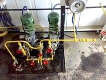 药量在试剂块的泵浦 化学制品被投向系统更好分成细层油和水乳化液 免版税图库摄影