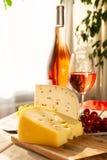 荷兰不幸Maasdam或Emmentaler、乳酪与孔和w 库存图片