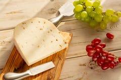荷兰不幸Maasdam或Emmentaler、乳酪与孔和w 库存照片
