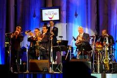 荷兰人摇摆学院带在带在`爵士乐在记忆里执行在Bangsaen `音乐会的爵士乐奴才执行 免版税库存照片