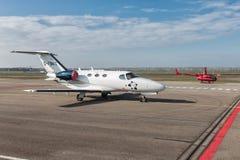 荷兰人有赛斯纳喷气式飞机和小直升机的莱利斯塔德机场 库存照片