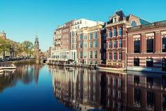 荷兰传统房子和阿姆斯特丹运河在阿姆斯特丹 免版税库存图片