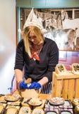 荷兰传统礼服和乳酪的女孩 库存照片