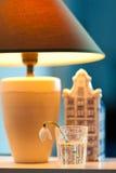 荷兰传统礼物房子和snowdrop花 库存照片