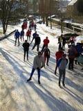 荷兰冰横向溜冰者多雪的冬天 图库摄影