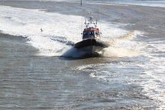 荷兰加速的救护队, Waddenzee, Holwerd 库存照片
