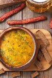 荷兰啤酒黄色汤用香肠油煎方型小面包片 免版税库存图片