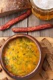 荷兰啤酒黄色汤用香肠油煎方型小面包片 库存照片