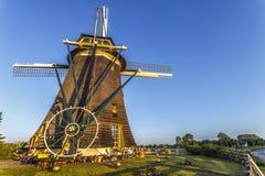 荷兰土地老板房子和风车 库存图片