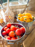 荷兰在木桌安置的金属桶的西红柿 库存图片