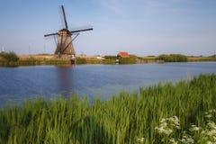 荷兰在湖的一台历史的风车 免版税库存图片