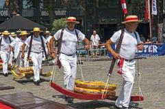 荷兰干酪市场在有工作的搬运工的荷恩 库存图片