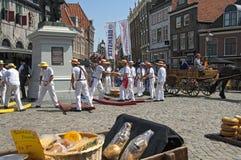 荷兰干酪市场在有工作的搬运工的荷恩 免版税库存照片