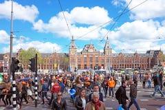 从荷兰当地人拥挤在阿姆斯特丹在中央驻地在kingsday在荷兰 免版税库存照片