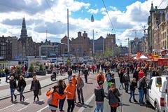 从荷兰当地人拥挤在阿姆斯特丹在Damrak在荷兰 免版税库存图片