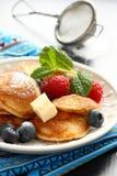 荷兰微型薄煎饼叫poffertjes用莓果 库存图片