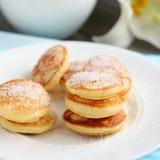 荷兰微型薄煎饼叫poffertjes 免版税库存图片