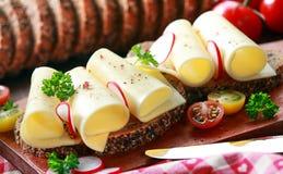 荷兰扁圆形干酪在一个开放素食三明治滚动 免版税库存图片