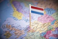 荷兰标记用在地图的一面旗子 免版税库存图片