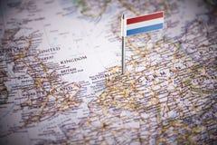 荷兰标记用在地图的一面旗子 免版税库存照片