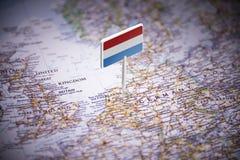 荷兰标记用在地图的一面旗子 库存照片