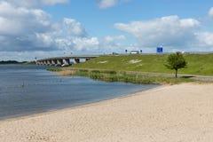 荷兰海滩和具体桥梁在Emmeloord和莱利斯塔德之间 库存图片