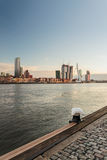 荷兰港口城市鹿特丹的河地平线 免版税库存图片