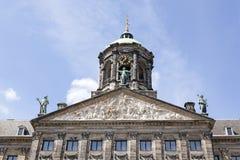 荷兰王宫的山墙饰在阿姆斯特丹 免版税库存图片