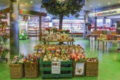 荷兰电灯泡和郁金香待售在阿姆斯特丹` s斯希普霍尔机场 免版税库存图片