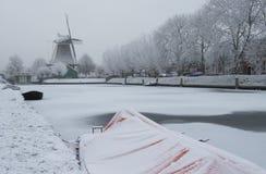 荷兰磨房在冬天在兹沃勒 图库摄影
