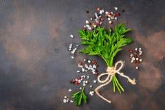 荷兰芹、盐和胡椒 烹饪的背景 库存照片