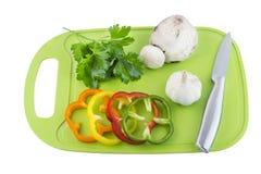 荷兰芹和蘑菇在绿色塑料委员会 免版税库存照片