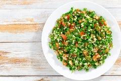 荷兰芹沙拉或Tabbouleh在白色盛肉盘 免版税库存照片