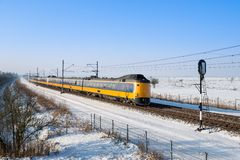 荷兰语在多雪的冬天横向培训 库存图片