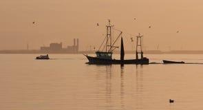 荷兰语捕鱼家帆船日落 免版税库存图片