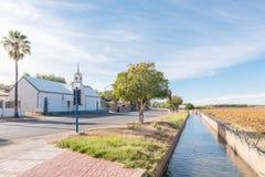 荷兰语改革了使命教会、灌溉运河和葡萄园  库存图片