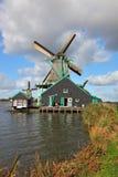荷兰语老村庄风车 免版税图库摄影