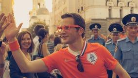 荷兰足球迷问候  免版税库存照片
