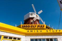 荷兰避风港标志和风车特写镜头  免版税库存图片