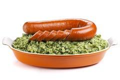 荷兰食物:'Boerenkool遇见了最坏'在白色背景 库存图片