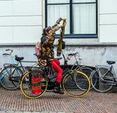 荷兰-乌得勒支- 2015年10月25日:现代荷兰嬉皮乘驾乘街市自行车 2015年10月25日在乌得勒支-荷兰 库存照片