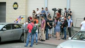 荷兰(基辅)的使馆,在难忘的纪念品期间的记者, 股票视频