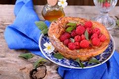 荷兰婴孩薄煎饼用苹果桂香和新鲜 库存图片