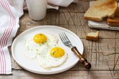 荷包蛋、面包多士和咖啡早餐在一张木桌上 土气样式 库存照片
