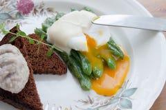 荷包蛋液体卵黄质用青豆 免版税库存照片