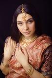 莎丽服微笑的秀丽甜印地安女孩 免版税库存图片