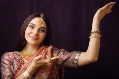 莎丽服微笑的秀丽甜真正的印地安女孩 免版税库存图片