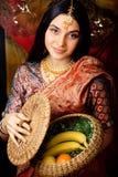 莎丽服微笑的秀丽甜真正的印地安女孩 免版税库存照片