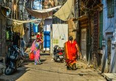 莎丽服的妇女走在街道上的 免版税库存图片