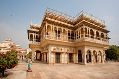 莎丽服的妇女走通过意想不到的大厦的在印度 免版税库存照片